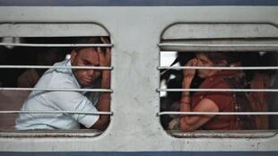 在火車上等待開車的印度乘客   2012年7月 31