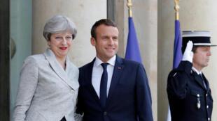 Tổng thống Pháp Emmanuel Macron (giữa) đón tiếp bà Theresa May tại Elysee ngày 13/06/2017.