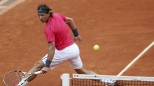 O tenista espanhol Rafael nadal durante partida contra o argentino Juan Monaco, em Roland Garros, nesta segunda-feira.