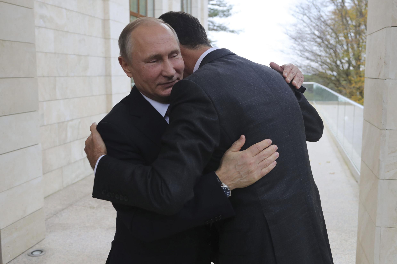 Vladimir Putin recebe o presidente sírio Bashar al Assad durante um encontro em Sochi, em novembro