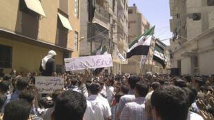 Manifestantes protestam contra o ditador sírio Bashar al-Assad em Erbeen, na periferia de Damasco, nesta sexta-feira, 8 de junho de 2012.