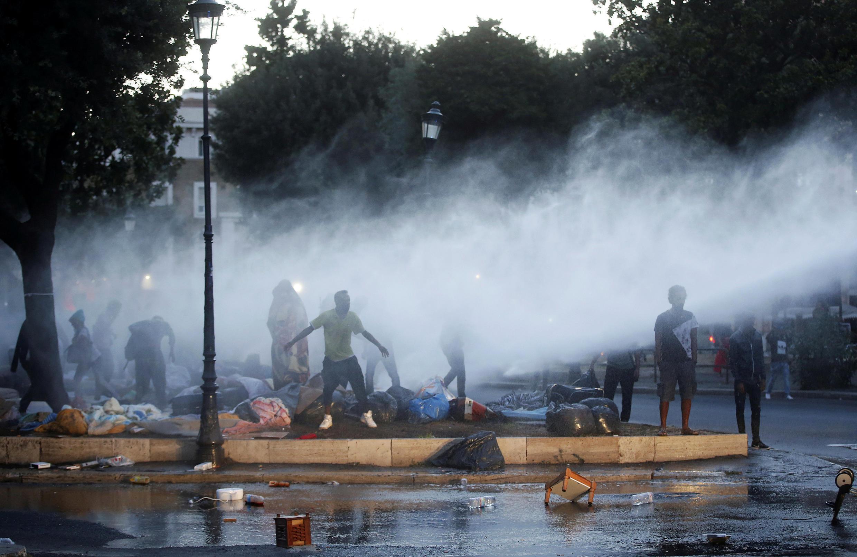Mjini Roma, polisi hutumia maji kwa kuzima makabiliano na wakimbizi katikati ya mji mkuu wa Italia, Agosti 24, 2017.