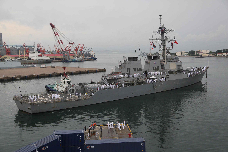 Ảnh minh họa: Khu trục hạm Mỹ USS Benfold đến cảng Thanh Đảo (Trung Quốc), ngày 08/8/2016