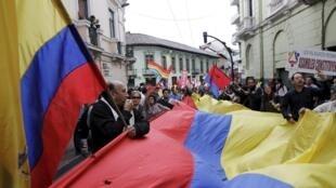 Opositores al gobierno de Rafael Correa marcharon este jueves 2 de Julio de 2015 en las calles del centro de Quito mientras  los partidarios del mandatario estaban congregados en la Plaza de la Independencia.