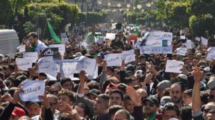 Dans les rues d'Alger, la manifestation pacifique a réuni encore plus de monde que la semaine précédente, ce vendredi 1er mars 2018.