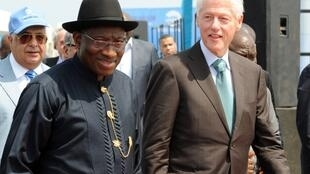 Le président nigérian Goodluck Jonathan en compagnie de l'ex-président américain Bill Clinton, à l'inauguration d'Eko Atlantic, à Lagos, le 21 février 2013.