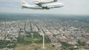 La navette spatiale Discovery, monté sur un porte-avions 747  de la Nasa, survole les toits de Washington, le 17 avril 2012.