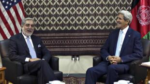 Ngoại trưởng Mỹ John Kerry gặp gỡ ứng viên tổng thống Abdullah Abdullah tại đại sứ quán Mỹ ở Kabul, 07/08/2014.