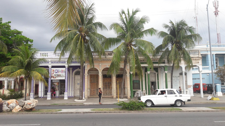 Una casa del malecón de Cienfuegos, Cuba.