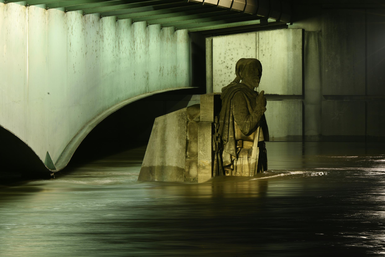 O rio Sena atingiu um pico de 2,10 na sexta-feira