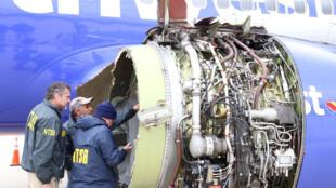 Các thanh tra của Hội đồng An ninh Hàng không Quốc gia kiểm tra động cơ đã bị hư hại của chiếc Boeing 737 thuộc hãng Southwest sau tai nạn hôm 17/04/2018.