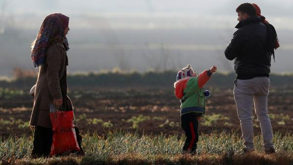 Parmi les personnes qui se sont massées aux abords du poste-frontière de Pazarkule, des familles avec enfants.