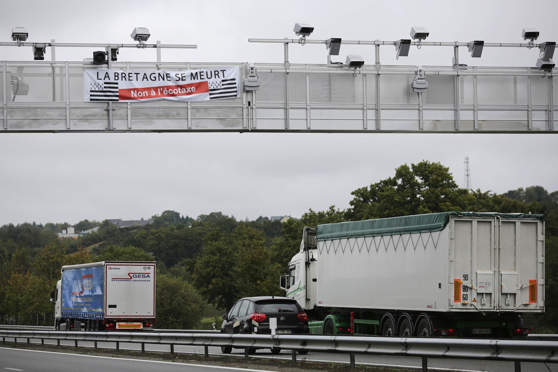 Des camions passent sous un des trois portiques écotaxe à Bain-de-Bretagne, le 15 octobre 2013.