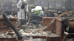 Đội ngũ cứu hộ lục soát tìm nạn nhân tại một căn nhà bị hỏa hoạn ở California.