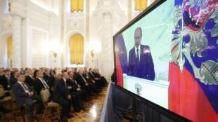 Dans son discours aux parlementaires, réunis ce jeudi 4 décembre 2014, Vladimir Poutine a notamment promis une amnistie fiscale à ceux qui rapatrieraient leurs capitaux en Russie.