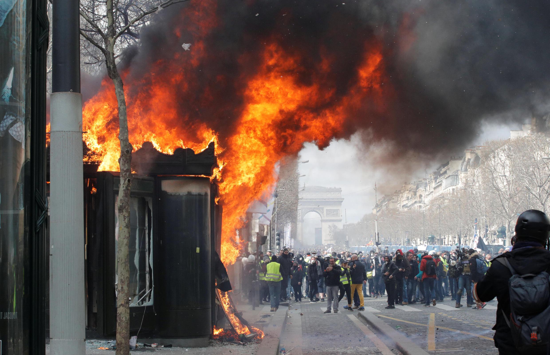 Un kiosque à journaux brûle, ce samedi 16 mars, sur les Champs-Elysées.