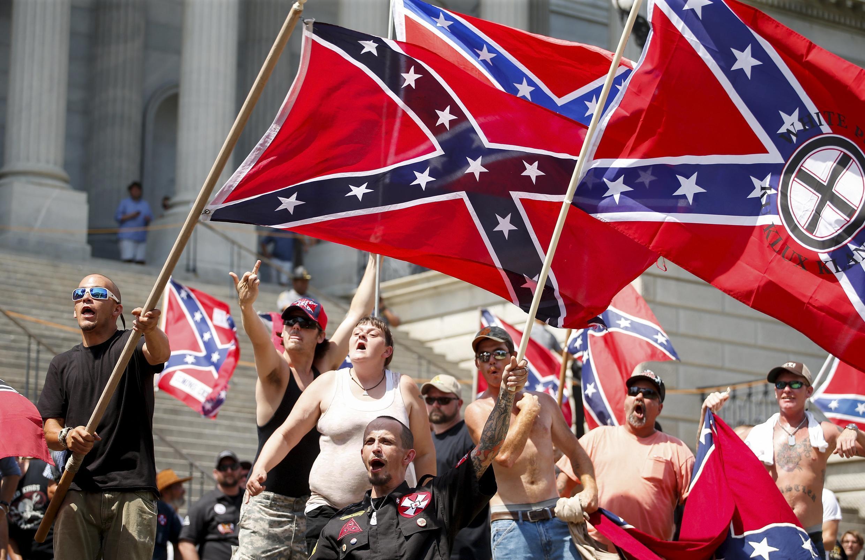 Militantes do Ku Klux Klan protestam diante do Parlamento da Carolina do Sul.