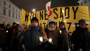 """波兰反对法律改革的人群举行""""光之链""""游行"""