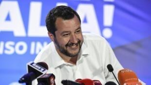 Dimanche 26 mai à Milan, au siège de la Ligue, Matteo Salvini peut avoir le sourire: son parti devance très largement la liste soutenue par son partenaire au gouvernement, le M5S de Luigi Di Maio.
