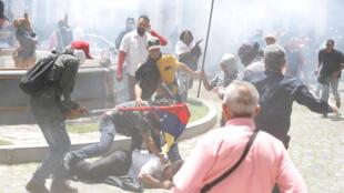Des partisans du gouvernement vénézuélien attaquent une personne dans l'enceinte du Parlement à Caracas, le 5 juillet 2017.