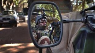 Un soldat français, à Nionno, au Mali, le 20 janvier dernier. L'intervention française est vue en Afrique du Sud comme une volonté de maintenir la mainmise sur une ancienne colonie.