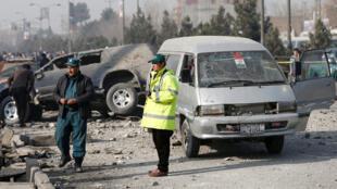 Des policiers inspectent le site de l'explosion à Kaboul, en Afghanistan, le 28 décembre 2016.