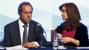 O candidato Daniel Scioli e sua tutora, a presidente argentina Cristina Kirchner, durante comício no dia 20 de outubro.