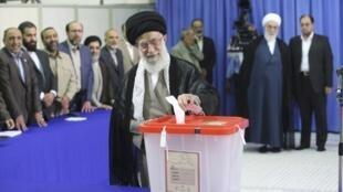 آیت الله خامنه ای، رهبر جمهوری اسلامی ایران رای خود را در نخستین ساعات انتخابات به صندوق انداخت