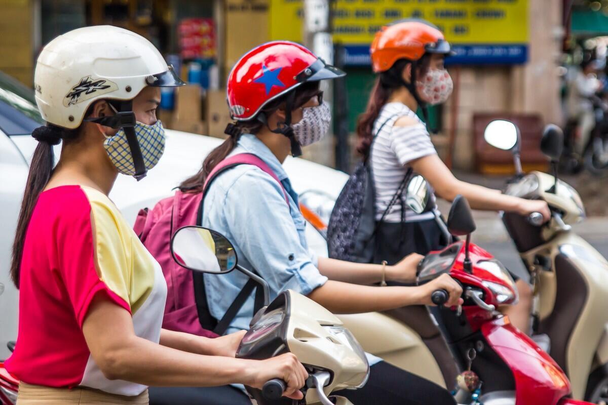 Thiếu nữ Hà Nội đeo khẩu trang tránh ô nhiễm không khí. Ảnh chụp ngày 22/01/2017.