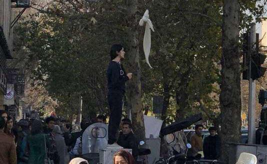 ویدا موحد در اعتراض به حجاب اجباری