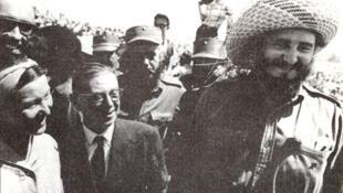 Simone de Beauvoir e Jean-Paul Sartre em Havana, em 1960, ao lado de Fidel Castro