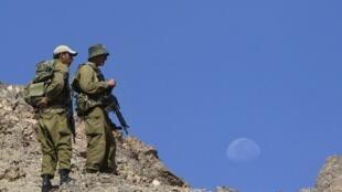 Des soldats israéliens patrouillent dans le Sinaï, près de la frontière égyptienne, le 19 août 2011, après qu'une attaque terroriste a frappé Eilat au sud de l'Etat hébreu.