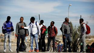 Des migrants africains, devant le centre de rétention de Holot, en Israël, le 13 mars 2018.