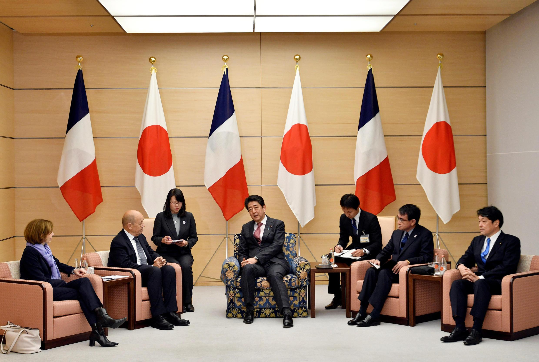 Thủ tướng Shinzo Abe ( giữa) nói chuyện với bộ trưởng Quân Lực Pháp Florence Parly ( trái ) và Ngoại trưởng Pháp Jean-Yves Le Drian tại Tokyo ngày 26/01/2018.