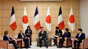 Thủ tướng Shinzo Abe (giữa) tiếp bộ trưởng Quân Lực Pháp Florence Parly và ngoại trưởng Jean-Yves Le Drian (trái) cùng các ông Itsunori Onodera, Taro Kono trong khuôn khổ cuộc họp 2+2 Pháp- Nhật. Ảnh ngày 26/01/2018