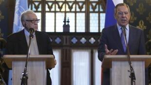 O chanceler russo Serguei Lavrov (à dir.), durante entrevista coletiva ao lado de Lakhdar Brahimi,  em Moscou neste sábado 29 de dezembro.