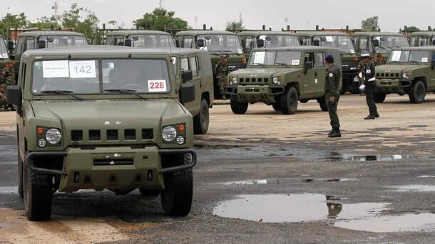cambodia buy weapon china Đội xe jeep của Cam Bốt do Trung Quốc cung cấp vào giữa năm 2010 (Reuters)