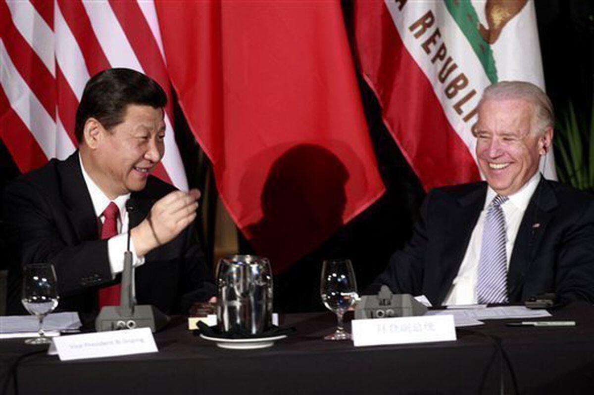 Joe Biden (derecha) con el actual presidente chino, Xi Jinping, en 2012 en Los Ángeles, cuando ambos eran vicepresidentes
