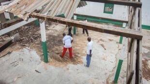 La communauté chrétienne de Lakouanga aide à la rénovation et au nettoyage d'une mosquée détruite en mai 2014.