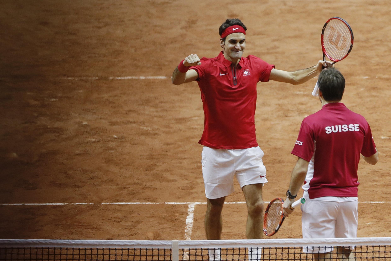 Roger Federer comemora com Wawrinka (de costas) a vitória contra a dupla francesa neste sábado 22/11.