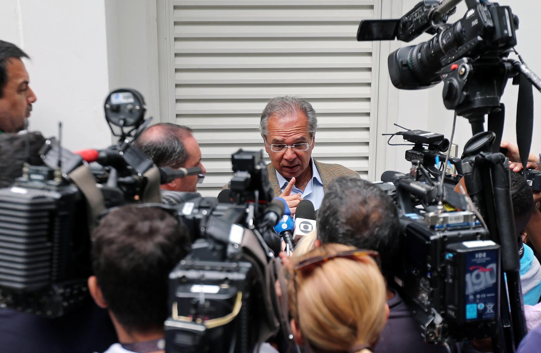 Paulo Guedes, futuro ministro de Economía responde responde a periodistas tras reunirse con Jair Bolsonaro.