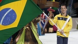 Diego Hipólito carrega a bandeira brasileira na cerimônia de encerramento do Pan-americano, em Guadalajara.