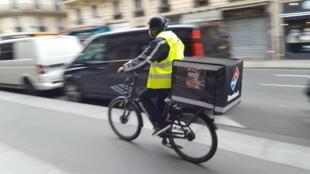 Les vélos électriques permettent de livrer plus rapidement et avec moins de nuisances environnementales.