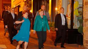پیادهروی آنگلا مرکل، صدراعظم آلمان در خیابانهای واشنگتن، پس از ورودش به این شهر در  شامگاه پنجشنبه ۶ اردیبهشت/ ٢۶ آوریل  ٢٠۱٨