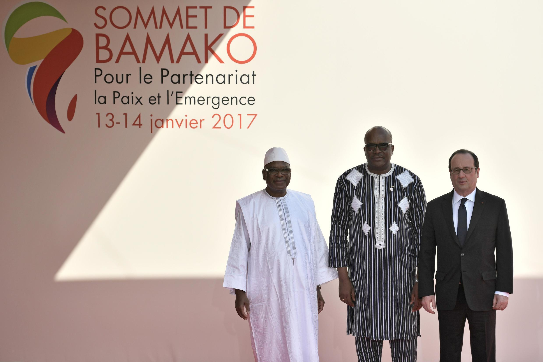 Etaient notamment présents au sommet de Bamako: (de g. à dr.) le président malien Ibrahim Boubacar Keita, le président burkinabè Roch Marc Christian Kaboré et le président français François Hollande.