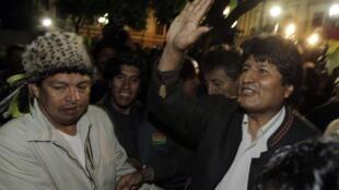 Evo Morales (d) decidiu interromper a construção da estrada no parque natural.
