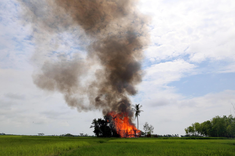 Ảnh minh họa : Cảnh bạo lực ở làng Gawduthar, Maungdaw, bắc Rakhine, Miến Điện. Ảnh 7/09/2017.