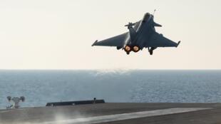 Chiến đấu cơ Rafale cất cánh từ hàng không mẫu hạm Charles de Gaulle, oanh kích các mục tiêu của Daech - Reuters /ECPAD