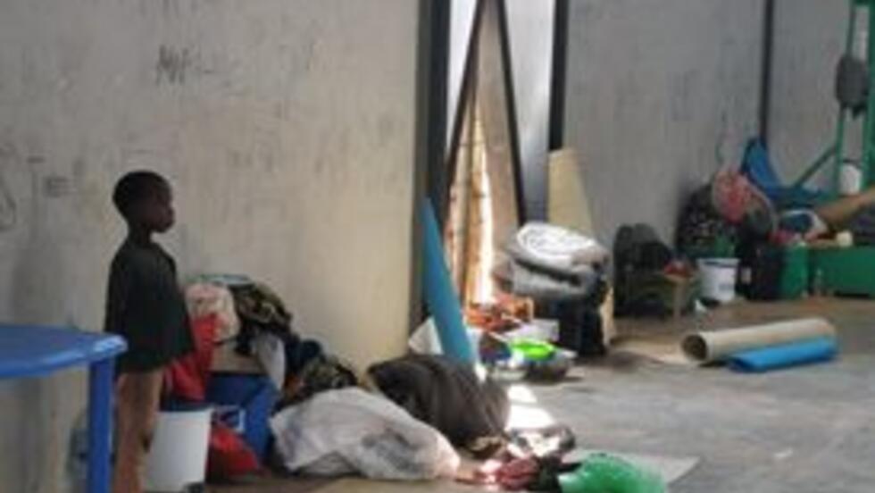 Criança deslocada albergada no ginásio de Pemba.