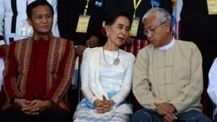 Tổng thống Miến Điện Htin Kyaw (P), và bà Aung San Suu Kyi (G) tại Hội nghị hòa bình ở Naypyidaw, ngày 31/08/2016